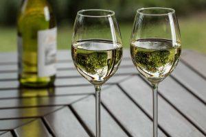 Soiuri de struguri pentru vinul alb - ce arome aduc fiecare și cu ce se potrivesc cel mai bine