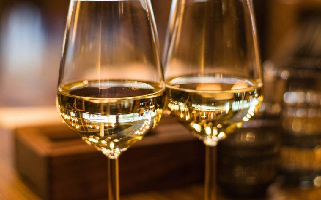 Vinul alb: informațiile esențiale pe care trebuie să le cunoști despre el, beneficiile sale şi cu ce să nu îl asociezi niciodată