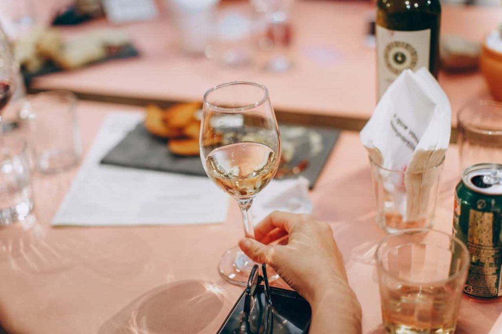 beneficiile vinului alb